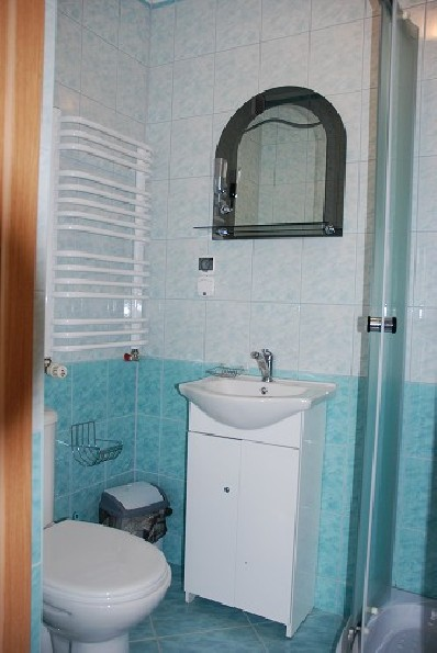 łazienki w pokojach gościnnych