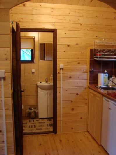 widok na aneks kuchenny i łazienkę